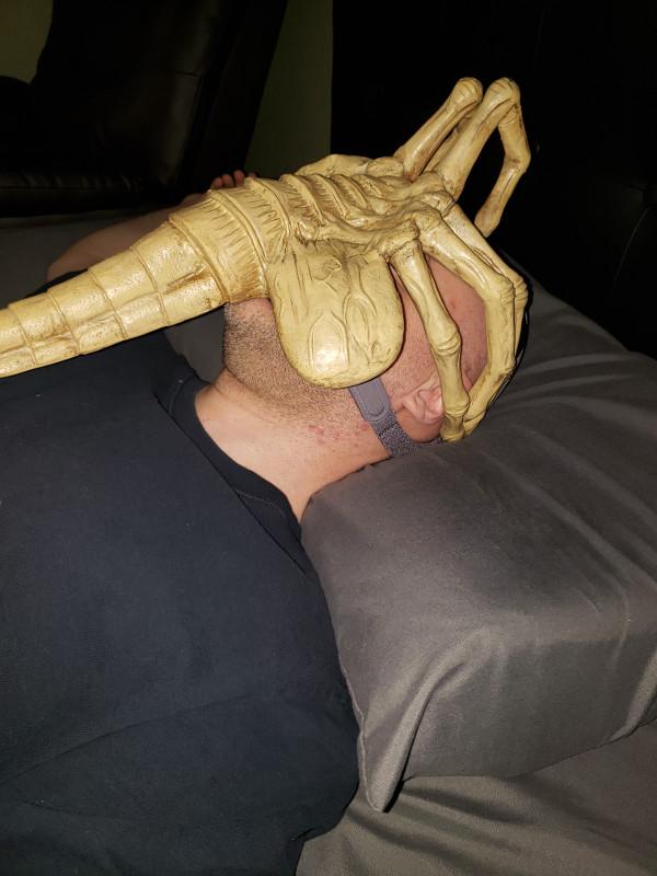 エイリアンのフェイスハガーを酸素マスクに改造した男